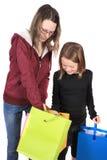 Deux filles regardant dans les sacs Image stock