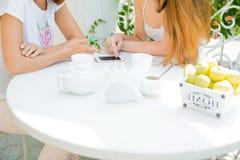 Deux filles regardant le téléphone portable Photographie stock