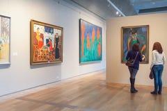 Deux filles regardant les peintures impressionnistes Henri Matisse le Th Photographie stock libre de droits