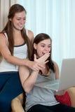 Deux filles regardant un dessus de recouvrement Photo libre de droits