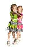 Deux filles retenant des mains Image stock