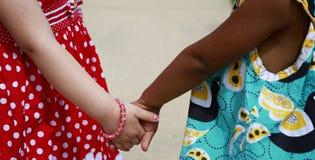 Deux filles retenant des mains Photographie stock