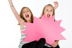 Deux filles retenant un signe blanc Photos libres de droits