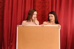 Deux filles retiennent le panneau blanc Photo libre de droits