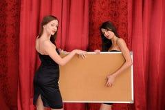 Deux filles retiennent le panneau vide Photos libres de droits