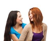Deux filles riantes regardant l'un l'autre Photos libres de droits