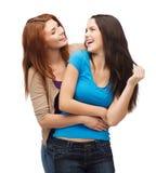 Deux filles riantes regardant l'un l'autre Photos stock