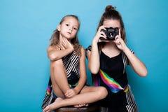 Deux filles s'approchent des photographies de soeur de soeurs Image stock