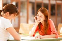 Deux filles s'asseyant dans le café Image libre de droits