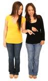 Deux filles se dirigeant à la prise de masse Photographie stock