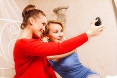 Deux filles se faisant photo images stock