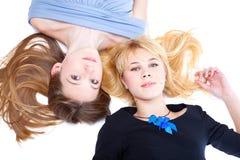 Deux filles se trouve sur un étage Photos libres de droits