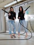 Deux filles sexy dans le lavage de voiture Images libres de droits