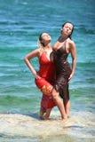Deux filles sexy obtenant humides dans l'eau Image libre de droits