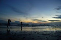 Deux filles silhouettées près de la mer Images libres de droits