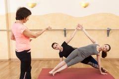 Deux filles sont engagées dans le yoga dans le hall image libre de droits