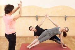 Deux filles sont engagées dans le yoga dans le hall photo libre de droits