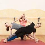 Deux filles sont engagées dans le yoga dans le hall photos libres de droits