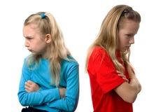 Deux filles sont fâchées contre l'un l'autre Photo stock