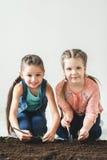 Deux filles sont jetées l'usine pour le jour de terre Image stock