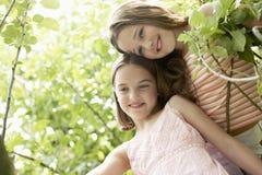 Deux filles souriant dans l'arrière-cour Photographie stock