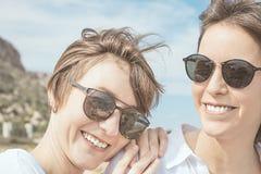 Deux filles souriant et heureuses Image libre de droits