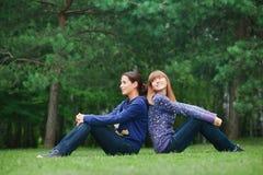 Deux filles sur l'herbe Photographie stock