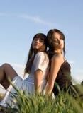 Deux filles sur l'herbe photos stock