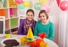 Deux filles sur la fête d'anniversaire Photo stock