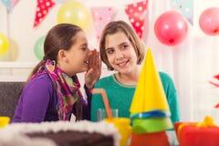 Deux filles sur la fête d'anniversaire Images stock
