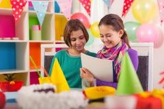 Deux filles sur la fête d'anniversaire Photos libres de droits