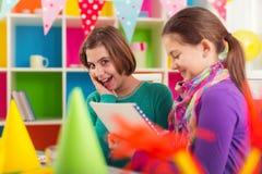 Deux filles sur la fête d'anniversaire Photographie stock libre de droits