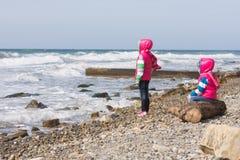 Deux filles sur la plage examinant la distance Images libres de droits