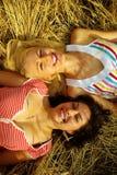 Deux filles sur la zone de blé photographie stock libre de droits