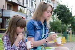 Deux filles sur le casse-croûte de rue Image stock