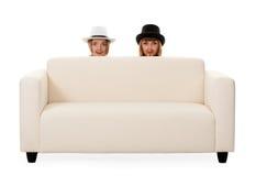 Deux filles sur le divan Image stock
