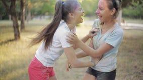 Deux filles sur le festival de couleurs que le houx se soufflent ont coloré la poudre clips vidéos