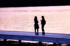 Deux filles sur le quai du canal Images libres de droits