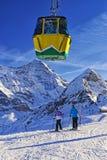 Deux filles sur le ski près du chemin de fer de câble sur le sport d'hiver recourent dans un commutateur Photographie stock
