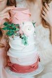 Deux filles tendres de jeune mariée modèle dans la robe de mariage de voile tenant le beau Image libre de droits
