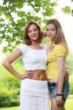 Deux filles traînant en parc Photographie stock
