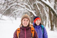 Deux filles vont sur une hausse en hiver Photographie stock libre de droits