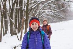 Deux filles vont sur une hausse en hiver Images libres de droits