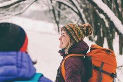 Deux filles vont sur une hausse en hiver Photo stock
