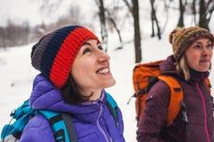 Deux filles vont sur une hausse en hiver Photographie stock