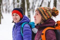Deux filles vont sur une hausse en hiver Image libre de droits