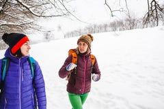Deux filles vont sur une hausse en hiver Image stock