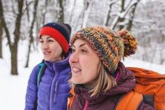 Deux filles vont sur une hausse en hiver Photos stock