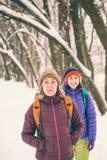 Deux filles vont sur une hausse en hiver Photos libres de droits