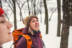 Deux filles vont sur une hausse en hiver Photo libre de droits